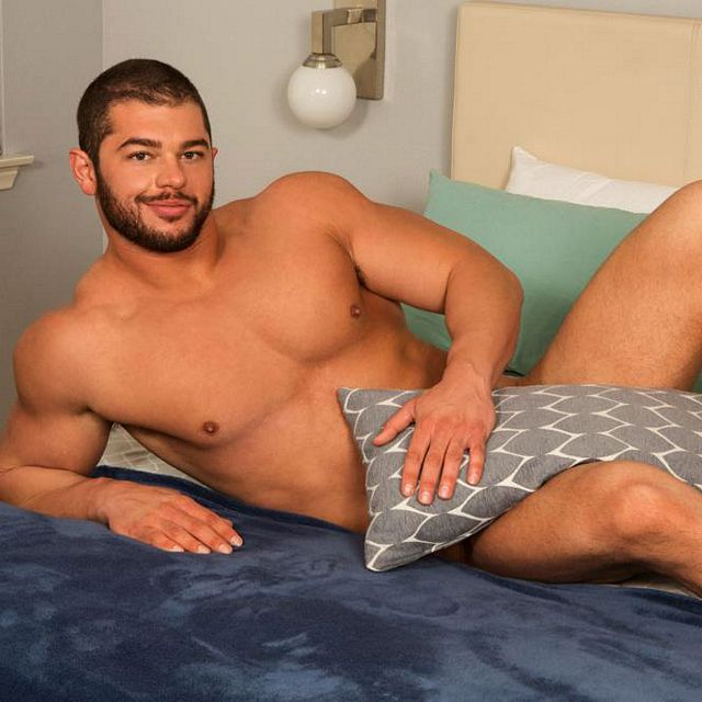 Beefy jock Arnie rubs one out | Daily Dudes @ Dude Dump
