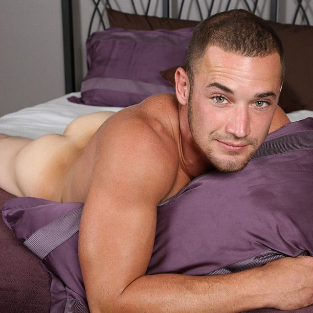 Bright-eyed bi guy Aries | Daily Dudes @ Dude Dump