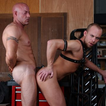 Scott Campbell Gets Hung Bodybuilder Dick | Daily Dudes @ Dude Dump